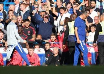 Chelsea empata com o United em casa e assume a liderança temporária