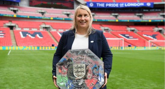 Emma Hayes, técnica do Chelsea, segura troféu da Supercopa da Inglaterra. A primeira conquista do time londrino na atual temporada.