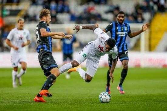 Ike Ugbo fez o segundo gol na temporada. Entretanto, o Cercle Brugge foi superado no dérbi de Bruxelas.